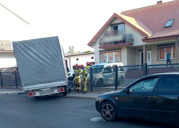 Staranował płot na ul. Gorzelnianej. Przyczyną zdarzenia zasłabnięcie kierowcy. - fot. nadesłane przez Czytelnika