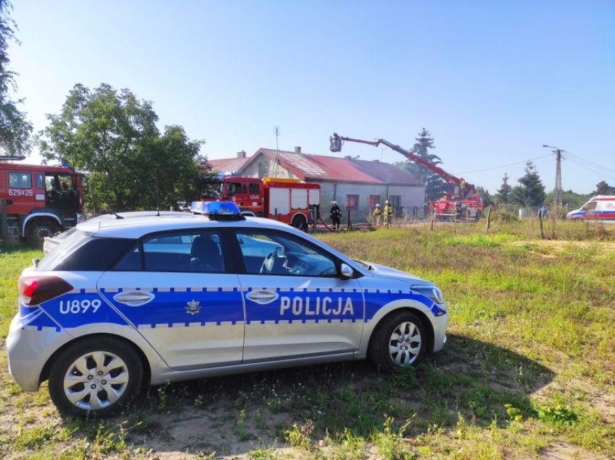 Pożar we wsi Zadworna. Policjanci uratowali życie staruszce