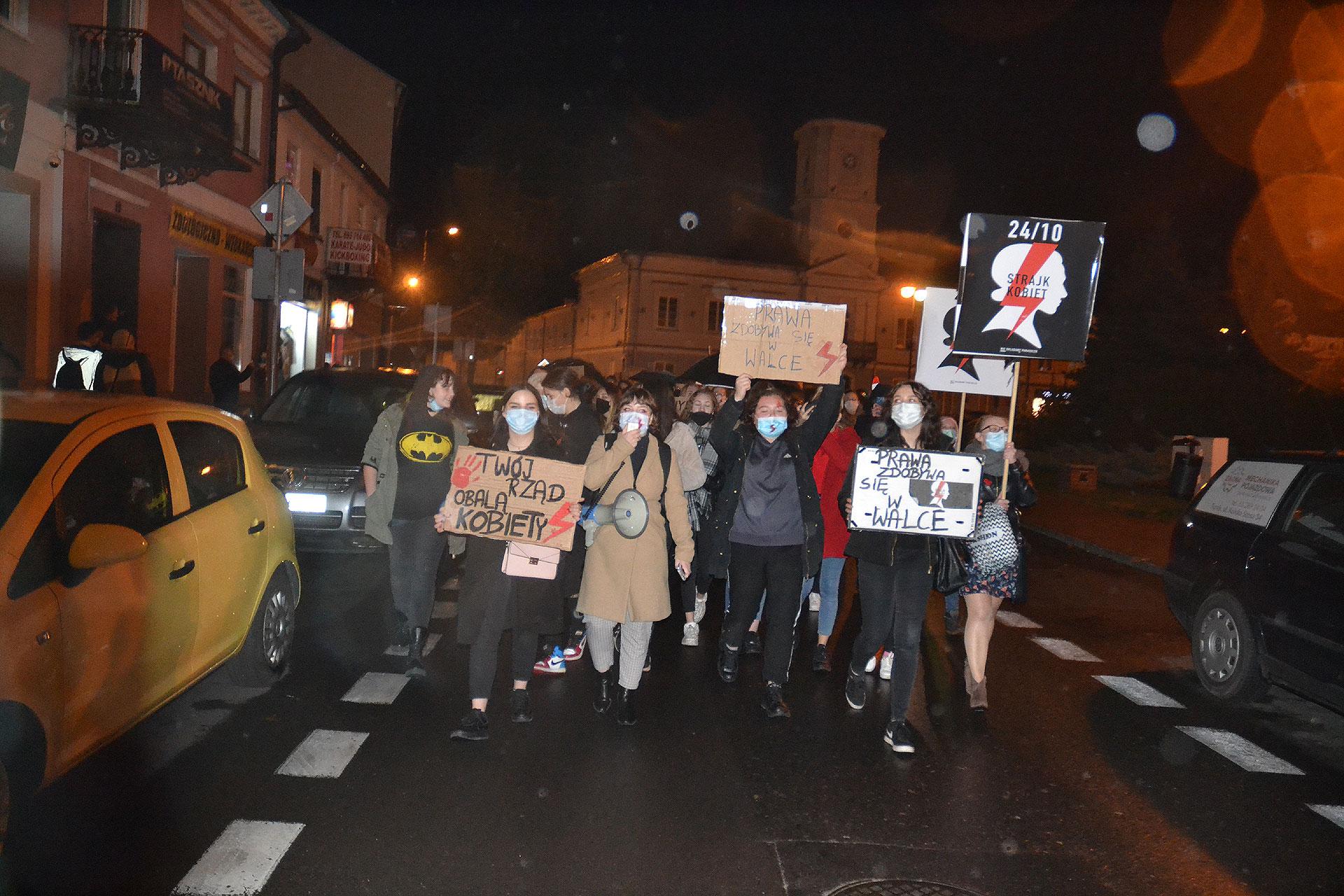 Strajk Kobiet w Turku. Było ponad 1000 osób z okrzykami i transparentami.