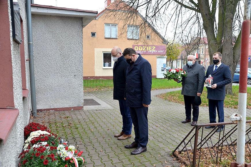 Władze miasta i powiatu wraz z Wiceministrem Rolnictwa symbolicznie uczciły 102 rocznice odzyskania niepodległości - fot. Starostwo Powiatowe w Turku