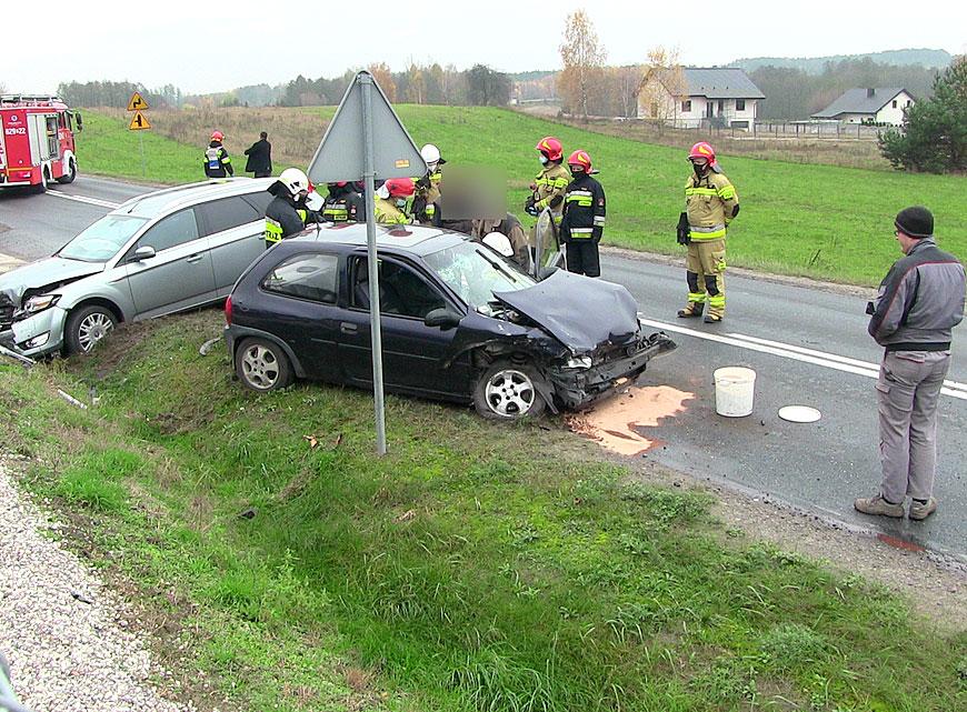 Zderzenie Forda z Oplem w Polichnie. Dwie osoby poszkodowane. Karetka dojechała.