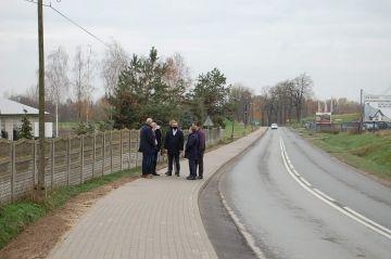 Nowy chodnik na drodze Władysławów - Turek...