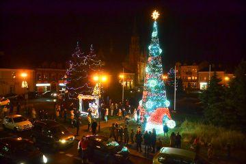 Wideo: Bożonarodzeniowa choinka rozświetliła...