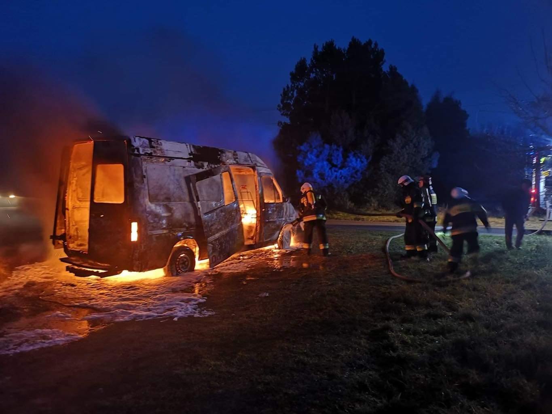 Pożar samochodu dostawczego w Zadwornej. Strażacy z OSP Tuliszków niezadowoleni ze wsparcia burmistrza. - fot: OSP Tuliszków na FB