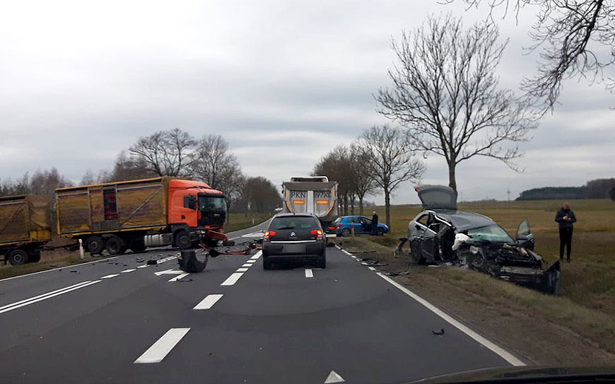 Zderzenie osobówki z samochodem ciężarowym pod Malanowem. Poszkodowany kierowca Audi - fot. nadesłane przez Czytelnika