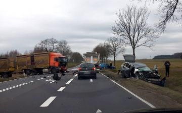 Zderzenie osobówki z samochodem ciężarowym pod...