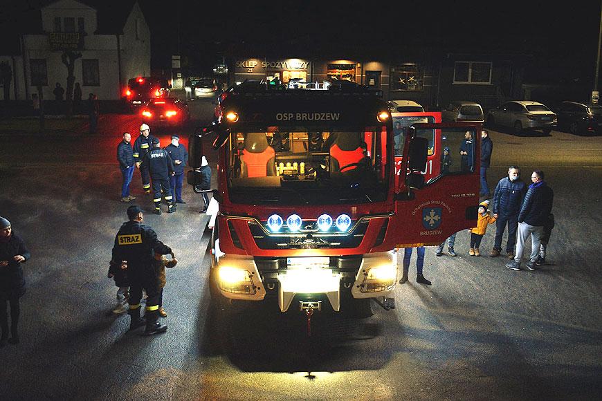Nowy wóz strażacki za 1 mln zł w OSP Brudzew. Uroczyste powitanie uświetnili mieszkańcy i samorządowcy. - fot. FB OSP Brudzew