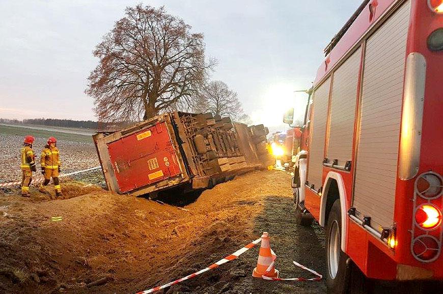 Nietypowe zdarzenie w Galewie. Działania strażaków trwały 10 godzin. - fot. PSP Turek
