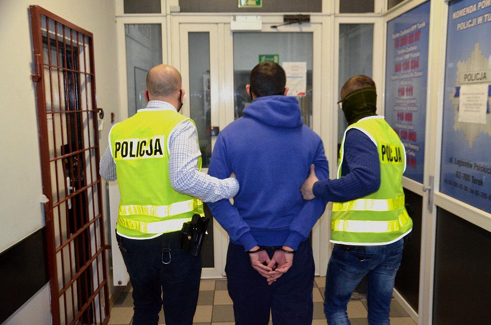 Podejrzany o wyłudzenie 67 tys. zł w rękach Policji. Finał głośnego oszustwa 84-letniej mieszkanki Turku