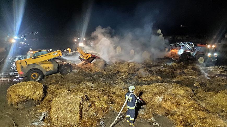 Nocny pożar słomy w Chylinie - fot: PSP Turek