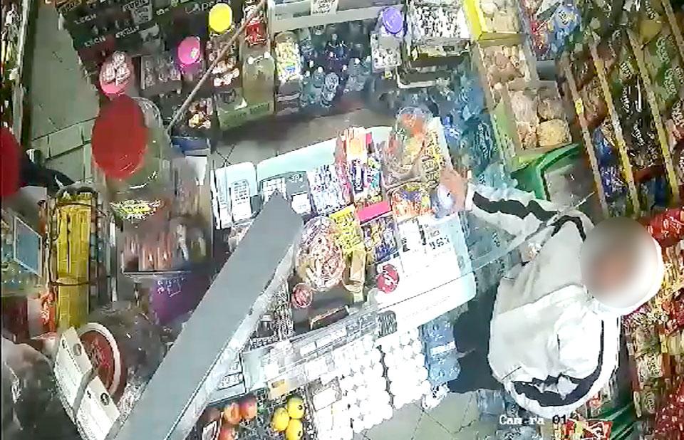 Wideo: Zuchwała kradzież puszki z akcji charytatywnej. Wszystko nagrały kamery. - fot. screenshot z monitoringu