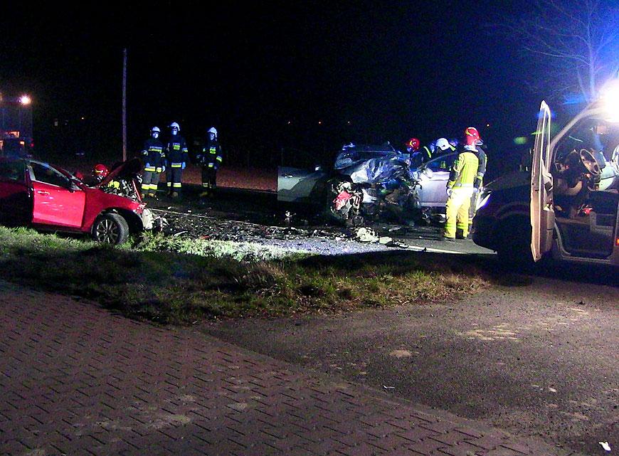 Wideo: Czołowe zderzenie na DK72 w Wichertowie. Kobieta zakleszczona w pojeździe.