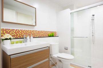 Jak urządzić małą łazienkę w bloku bez okna?