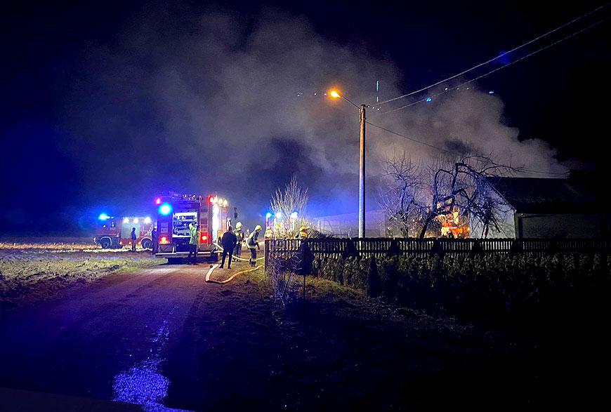 Nocny pożar domu jednorodzinnego w Kowalach Pańskich. Budynek gasiło 8 zastępów straży. - fot. nadesłane przez Czytelnika