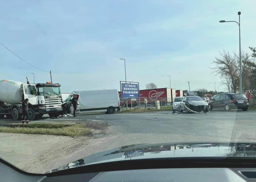 Wypadek trzech pojazdów w Laskach. Jedna osoba poszkodowana, droga zablokowana. - fot. nadesłane przez Czytelnika