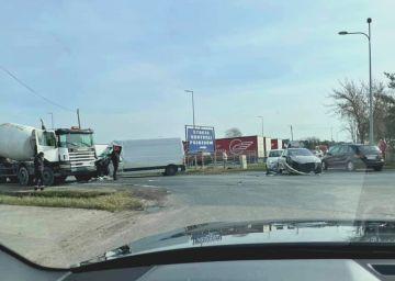 Wypadek trzech pojazdów w Laskach. Jedna osoba...