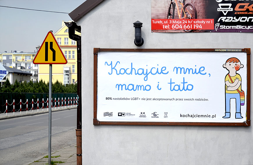 Szybka zbiórka funduszy na akcję Młodej Lewicy. Tęczowe billboardy pojawiły się w Turku.