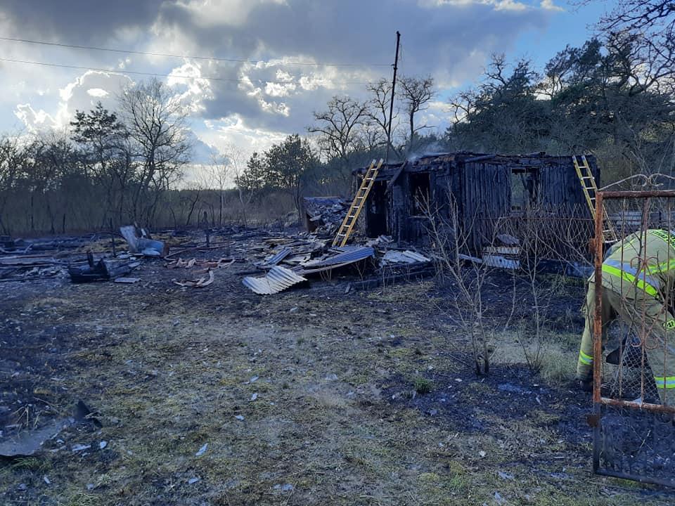 Gm. Przykona: Pożar drewnianych budynków w Paulinowie. Prawdopodobnie doszło do podpalenia. - fot. OSP Smulsko