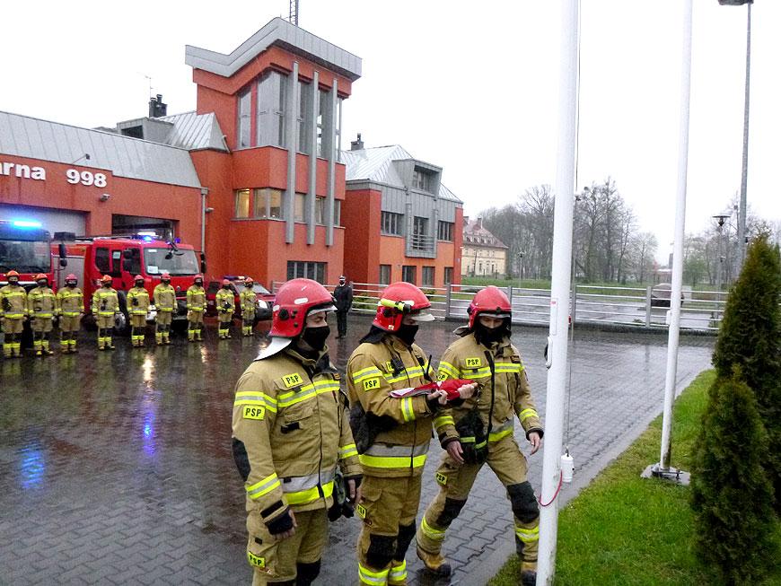 Strażacy z Państwowej Straży Pożarnej uczcili Dzień Flagi Narodowej