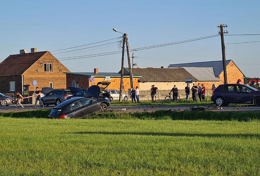 Wypadek 4 samochodów osobowych w Żukach. Trzy osoby poszkodowane w tym dziecko.