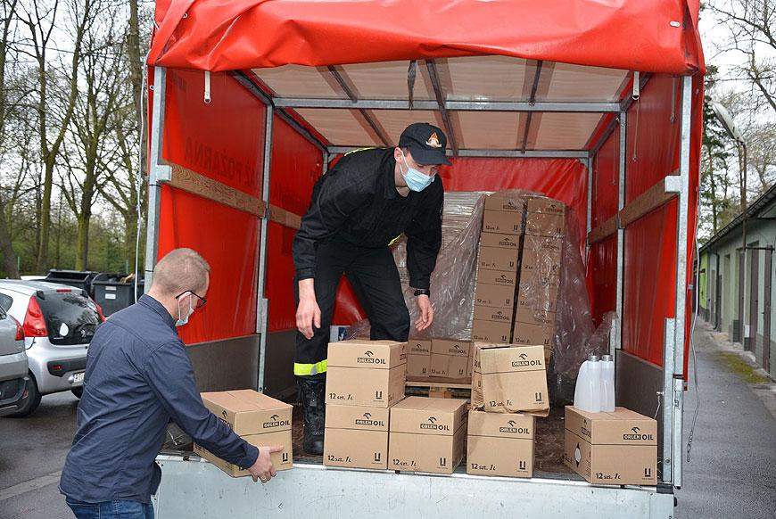 Kolejne środki ochrony do walki z COVID-19. W transporcie pomagali strażacy.