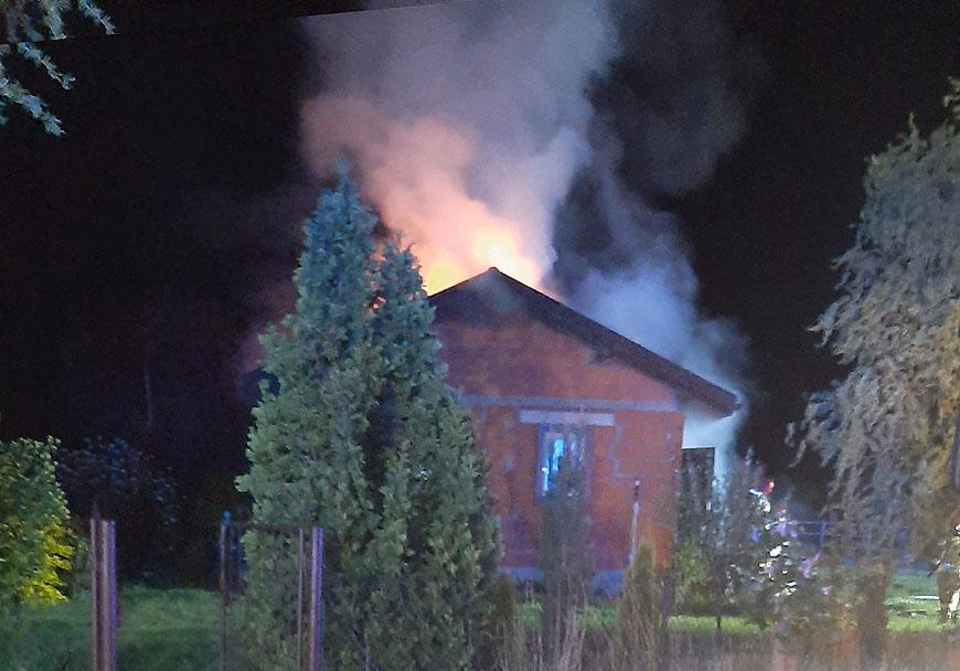 Pożar budynku mieszkalnego na ul. Leśnej w Turku. W nocnej akcji gaszenia 7 zastępów straży pożarnej.
