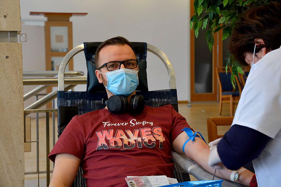 Oddali 30 litrów krwi w zbiórce z Klubem SHDK RP Górnik i przekazali 229 czekolad dzieciakom