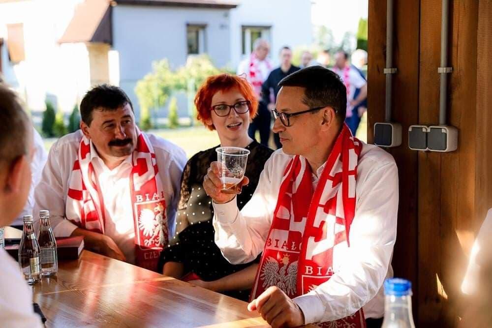 Premier Morawiecki w Kowalach Pańskich. Razem z zaproszonymi gośćmi oglądał mecz.  - fot.: profil FB Mateusz Morawiecki