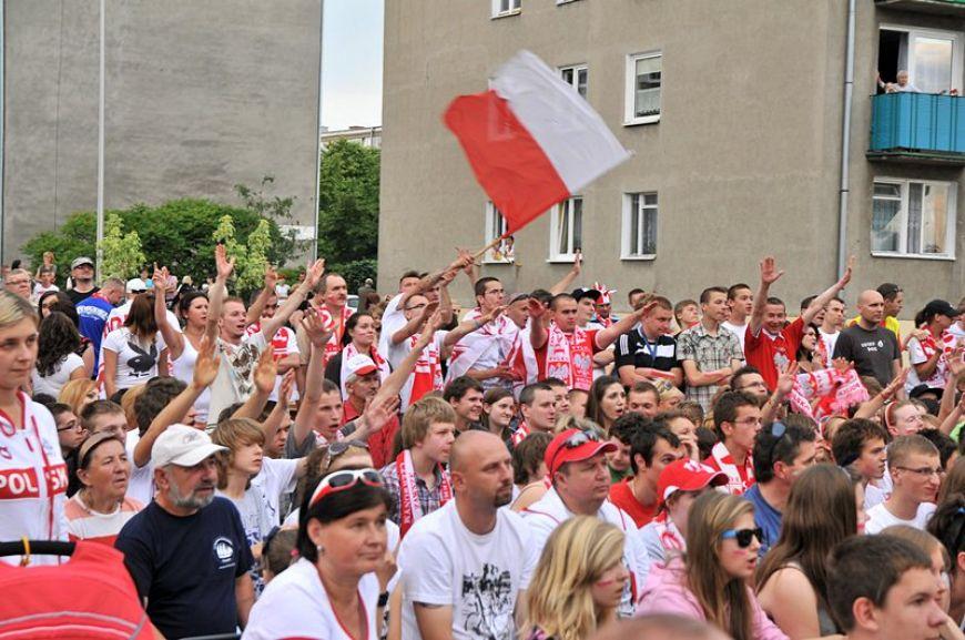 Kibicujmy Polakom. Wspólne oglądanie meczu na placu OSP Turek. - fot. Archiwum Turek.net.pl