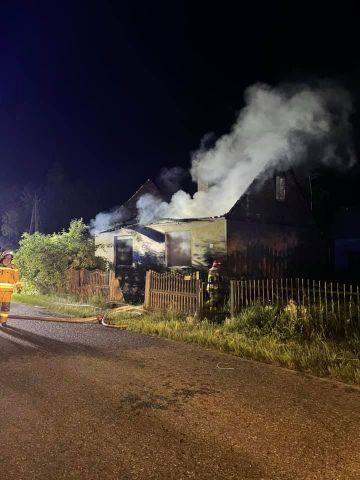Nocny pożar budynku w Tarnowskim Młynie. W akcji 10 zastępów straży pożarnej.