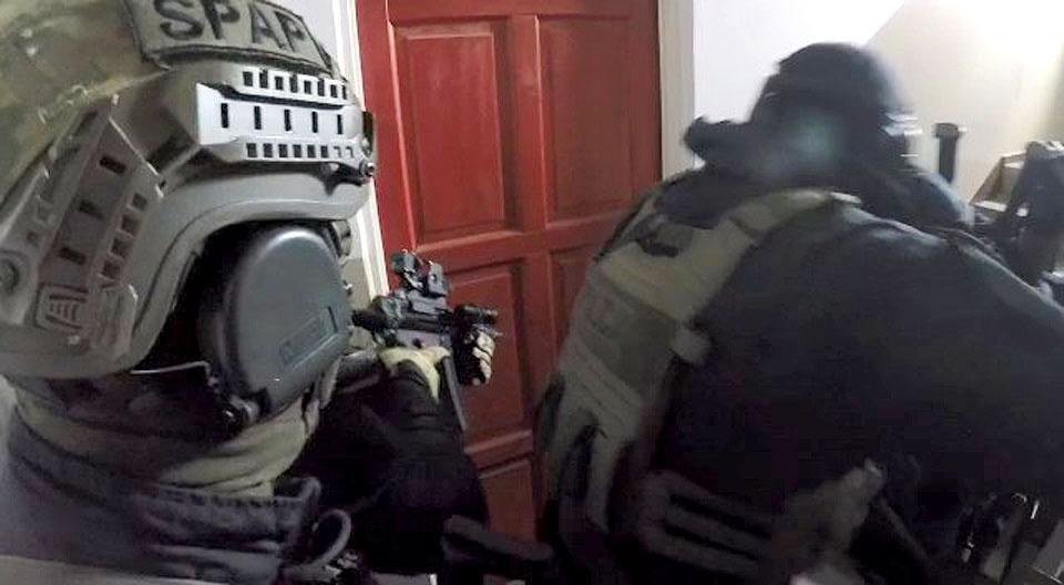 Wideo: Zatrzymani za wymuszenia rozbójnicze i narkotyki. Policjanci rozbili niebezpieczną grupę przestępczą.