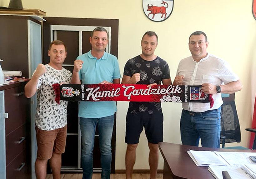 Mistrz spotkał sie z samorządowcami. Wizyta Kamila Gardzielika w UM Dobra.