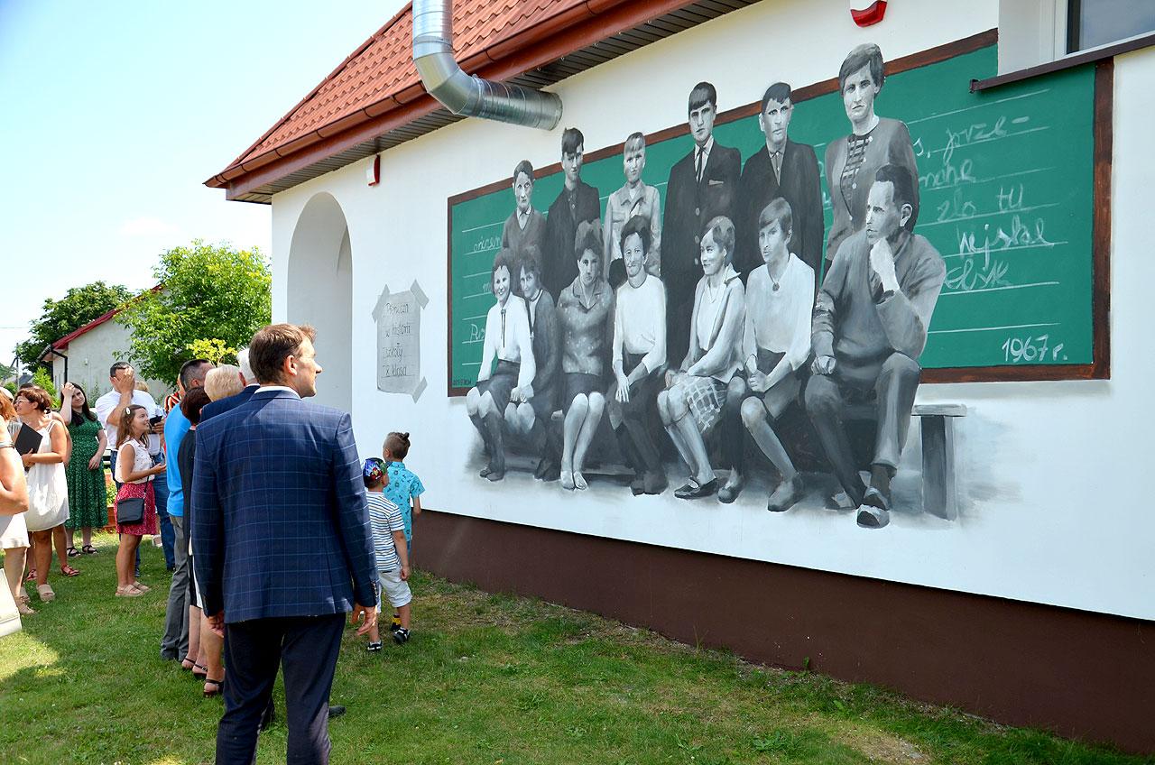 Foto: Upamiętnili szkołę i jej społeczność. W Krwonach powstał niecodzienny mural.