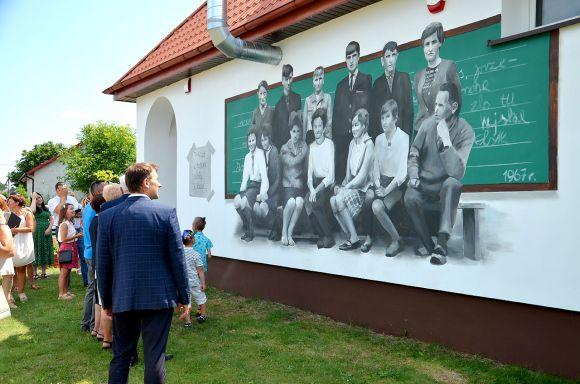 Foto: Upamiętnili szkołę i jej społeczność. W...