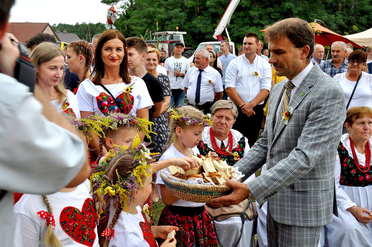 Rolnicy z gminy Malanów dziękowali za plony. Dożynki Gminno-Parafialne w Żdżenicach.