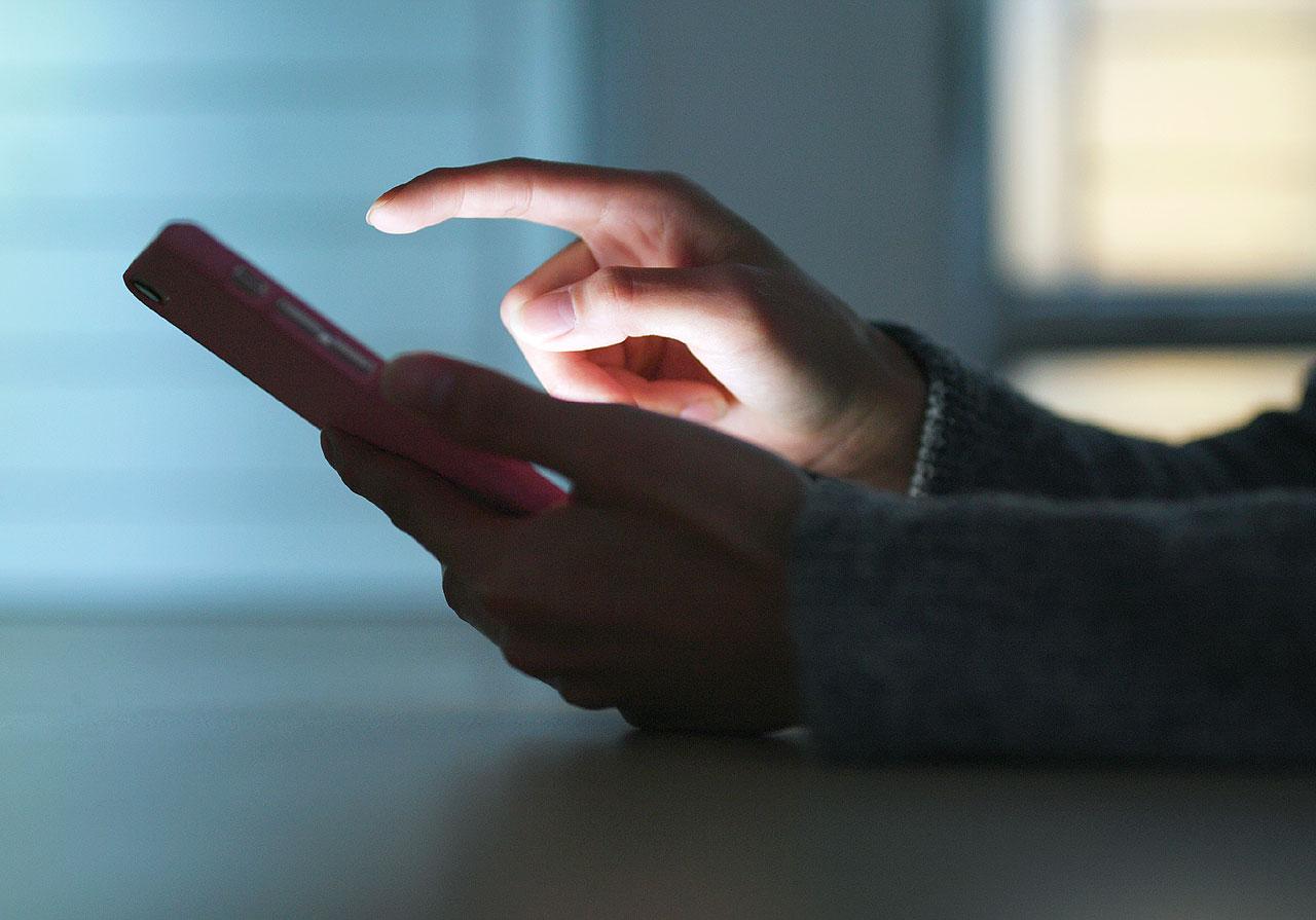 Uwaga na fałszywe SMS-y o kwarantannie. To próba wyłudzenia danych. - fot. EvatoElements / leungchopan