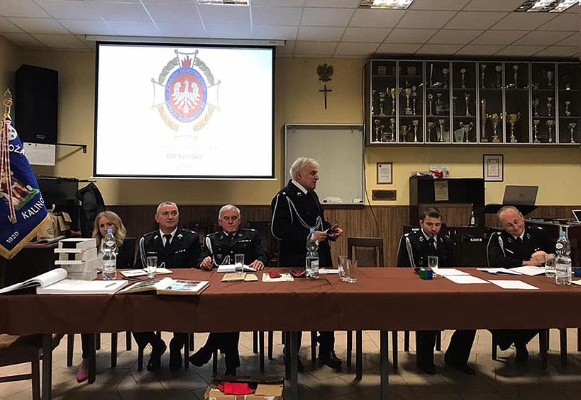 Druhny i druhowie OSP Kalinowa z nowymi władzami i Kapsułą Czasu na 100-lecie jednostki